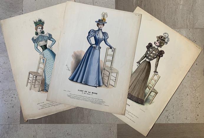 <strong>Serie di tre litografie a colori di donne con sedia</strong>