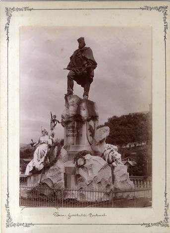 TORINO - Monumento a Garibaldi con la collina sullo sfondo